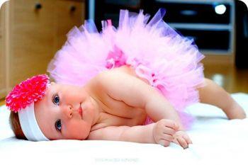 Маленькая девочка с цветком на голове
